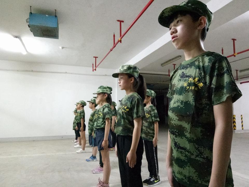 少年儿童(军训学员)一对一为退伍军人佩戴红领巾,向他们道一声辛苦了