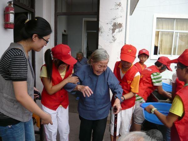 青年志愿者慰问敬老院老人