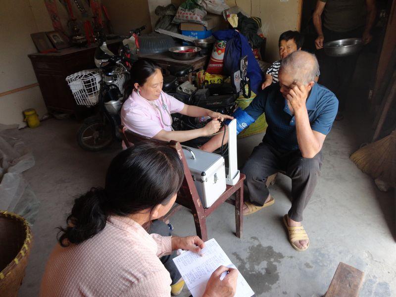 医疗志愿者在为低保家庭人测量血压
