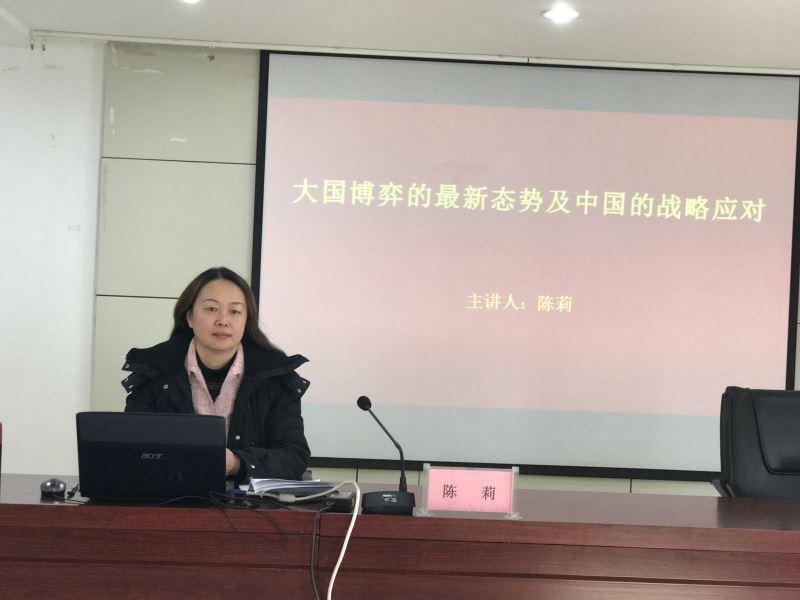 2月6日上午9点,南通市商务局陈莉秘书长来到公园社区,为辖区的党员送