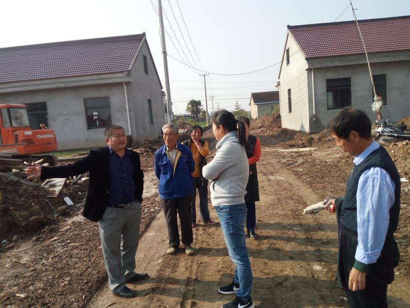 东海镇锦绣村志愿服务队开展路边扫垃圾活动