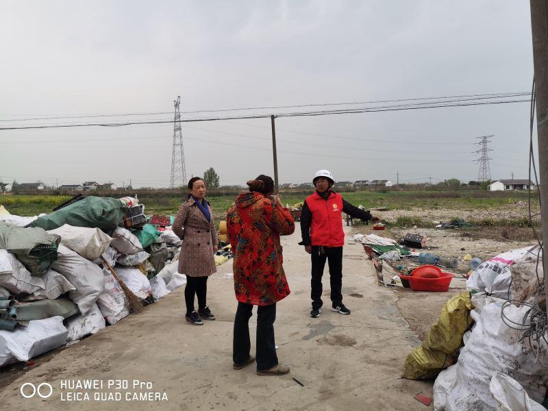 新丰村开展文明实践志愿活动,对辖区内脏乱差进行整治,特别是废品收费
